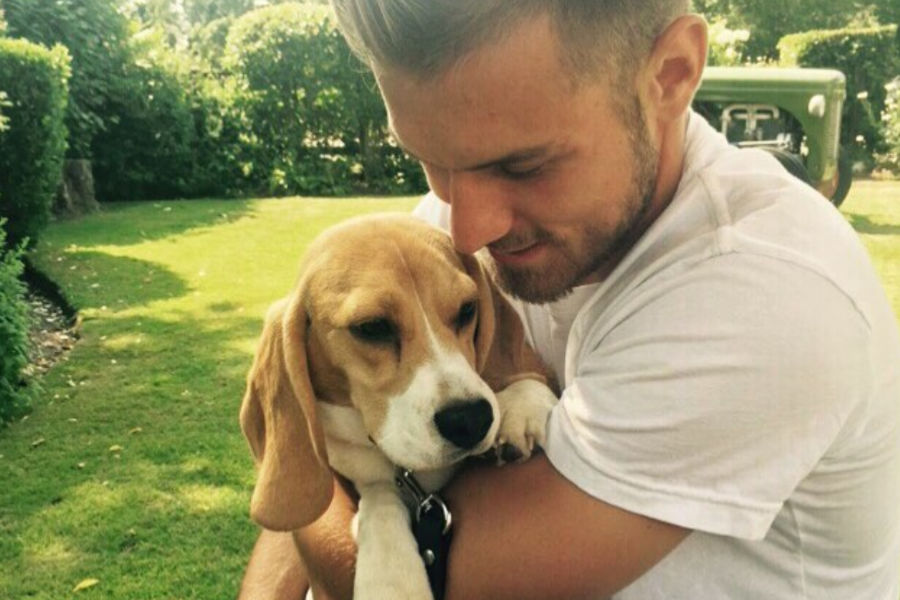 Aaron Ramsey is one of many famous Beagle owners  (Photo: Aaron Ramsey / Instagram)